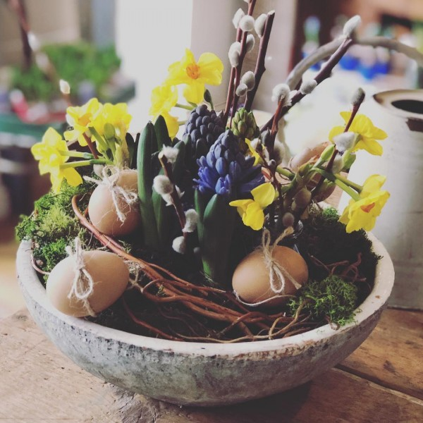 You have to see this #Easter centerpiece idea with eggs and spring bulbs. Love it! #HomeDecorIdeas @istandarddesign