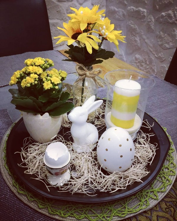 You have to see this #Easter centerpiece idea with a serving tray. Love it! #HomeDecorIdeas @istandarddesign