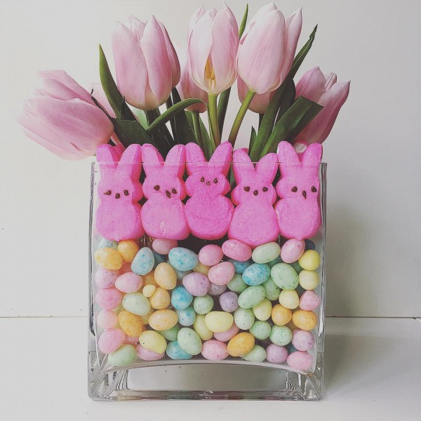 You have to see this #Easter centerpiece idea with tulips, peeps and beans. Love it! #HomeDecorIdeas @istandarddesign