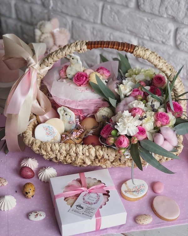 You have to see this #Easter centerpiece idea with a flower basket. Love it! #HomeDecorIdeas @istandarddesign
