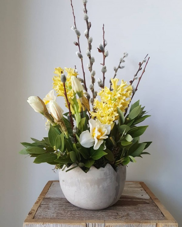 You have to see this #Easter centerpiece idea with a cracked egg pot. Love it! #HomeDecorIdeas @istandarddesign