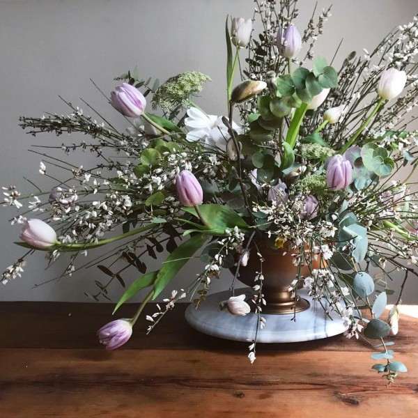 You have to see this #Easter centerpiece idea with spring flowers. Love it! #HomeDecorIdeas @istandarddesign