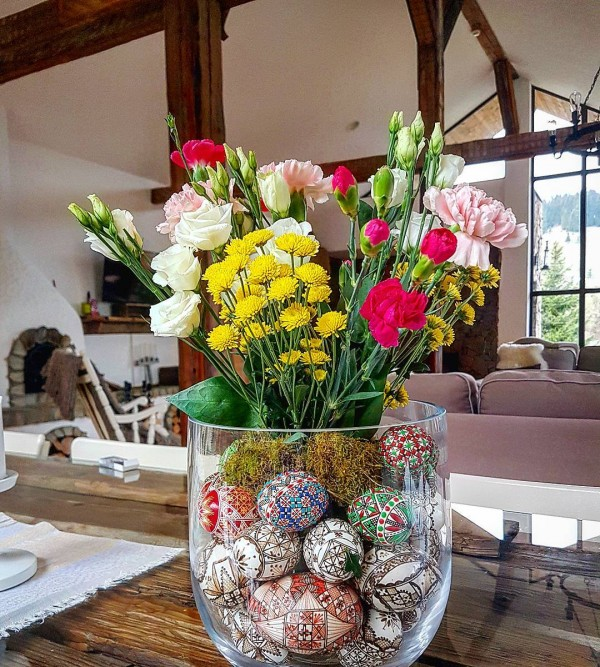 You have to see this #Easter centerpiece idea with Ukrainian Easter eggs. Love it! #HomeDecorIdeas @istandarddesign