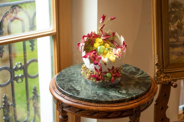 You have to see this #Easter centerpiece idea with a cracked egg and chicken. Love it! #HomeDecorIdeas @istandarddesign