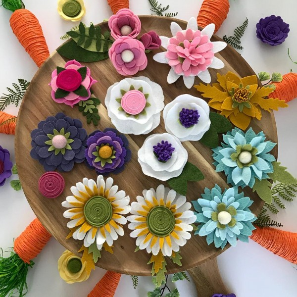 You have to see this  centerpiece idea with felt flowers. Love it!