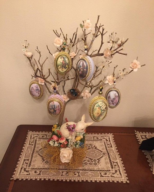 You have to see this  centerpiece idea with Easter tree. Love it!
