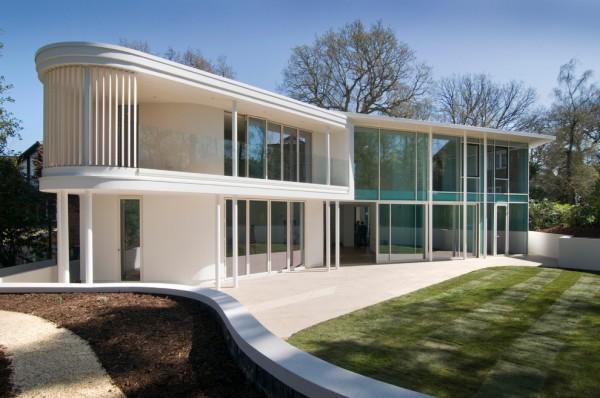 Minimalist Glass House Exterior