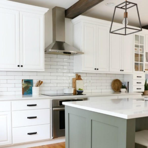 Earthy Coastal White Kitchen Reveal #kitchendesign #kitchendecor #homedecor #rustic