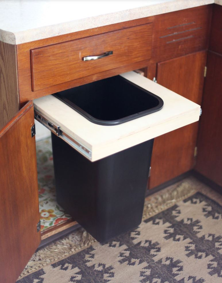 Pullout cabinet trash can