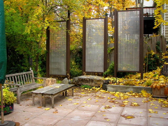 Freestanding outdoor privacy screens